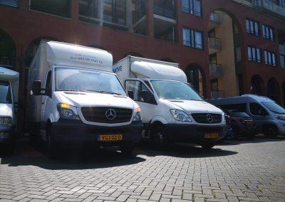 Een zakelijke verhuizing met verhuiswagens